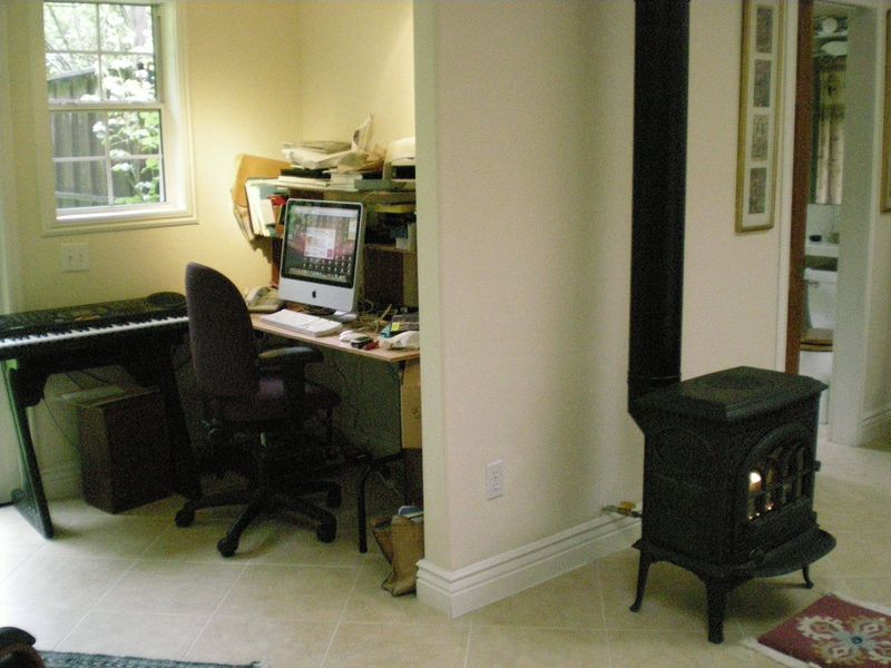 9. desk nook to right of back door area2